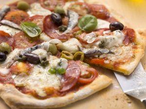 Pizza mit Salami, Gorgonzola, Anchovis und Oliven Rezept