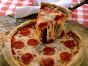 Pizza mit Salami und Käse Rezept