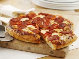 Pizza mit scharfer Salami Rezept