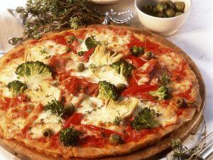 Pizza mit Schinken und Gemüse Rezept