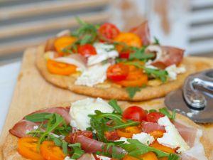 Pizza mit Schinken und Rucola Rezept