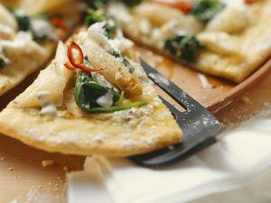 Pizza mit Spargel, Bärlauch, Spinat und Frischkäse Rezept