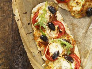 Pizza mit Tomaten und Rucola Rezept