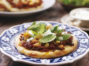 Pizza nach marokkanischer Art mit Hackfleisch und Pinienkernen Rezept