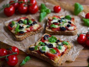 Pizza-Toasts mit Tomaten, Oliven und Mozzarella Rezept