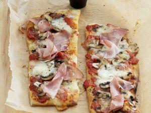 Pizzaschnitten mit Schinken und Pilzen Rezept