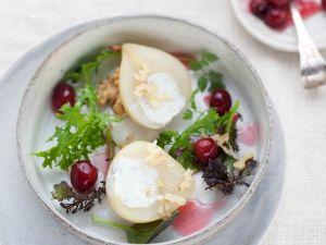 Pochierte Birnen mit Käsecreme auf Salat Rezept