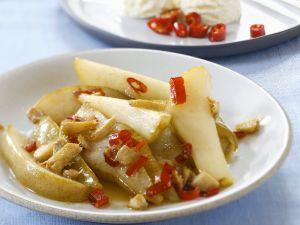 Pochierte Birnenstücke mit Ingwer und Chili Rezept
