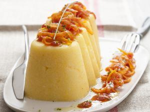 Polenta-Pastete mit Zwiebeln und Möhren (Timballi di polenta) Rezept