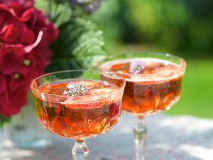 Prosecco mit Erdbeeren und Lavendelblüten Rezept