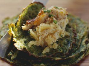Püree aus Kartoffeln und geräuchertem Aal im Kräuterpfannkuchen Rezept