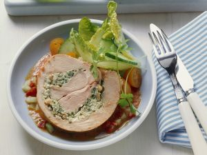 Putenrollbraten mit Kräutern gefüllt dazu Gemüsesoße Rezept