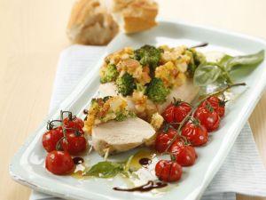 Putensteak mit Broccoli-Käsekruste und Ofentomaten Rezept