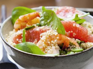 Quinoasalat mit Spinat, Grapefruit und Garnelen Rezept