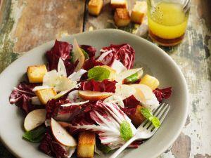 Radicchio-Birnen-Salat mit Croûtons und Parmesan Rezept