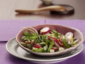 Radieschen-Rucola-Salat mit Schafskäse Rezept