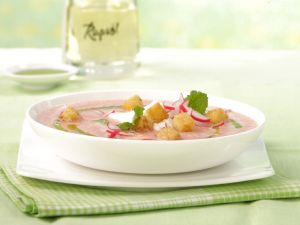 Radieschenschaumsuppe mit Petersilienöl und Zimt-Croûtons Rezept