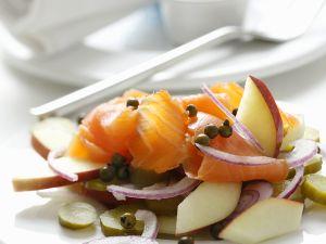 Räucherlachs mit pikantem Apfelsalat Rezept