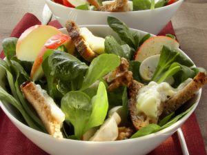 Rapunzelsalat mit Gorgonzola-Brotstückchen und Apfel Rezept
