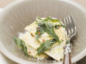 Ravioli mit Butter und frittierten Salbeiblättern Rezept