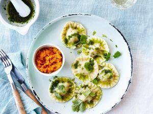 Ravioli mit Ricotta, Pesto und Kürbispüree Rezept