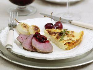 Rehrückenbraten mit Kartoffelauflauf und Kirchsoße Rezept