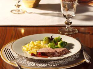 Rehrückenfilet mit Cassis-Cranberry-Sauce und Rosenkohl Rezept
