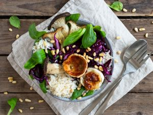Reis-Bowl mit Rotkohlsalat, Feldsalat, Kräuterseitlingen und gebackenem Ziegenkäse Rezept