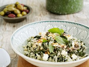 Reis-Spinat-Salat mit Käse und Minze Rezept