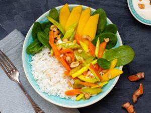 Reisbowl mit Kurkumagemüse, Babyspinat, Erdnussdip und Mango Rezept