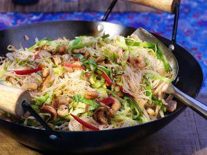 Reisnudeln mit Garnelen, Fleisch und Gemüse aus dem Wok Rezept