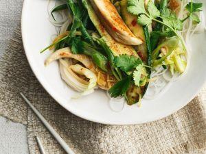 Reisnudeln mit Hähnchen und Gemüse aus dem Wok Rezept