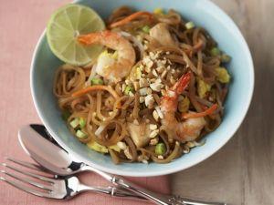 Reisnudelpfanne mit Garnelen und Hähnchen auf Thai-Art Rezept