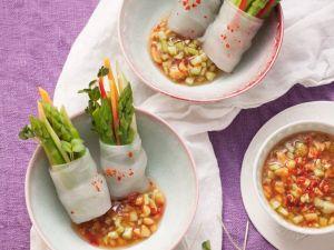 Reispapierröllchen mit grünem Spargel und scharfem Dip Rezept