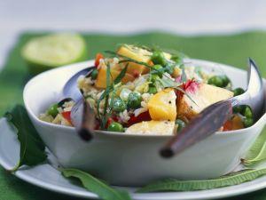 Reissalat mit Erbsen, Obst und Curry Rezept