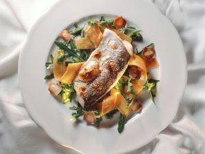 Renke mit Rucola-Karotten-Salat Rezept