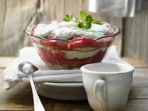 Rhabarber-Trifle mit Limettencreme Rezept