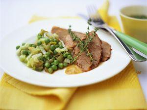 Rinderbraten und Erbsengemüse mit Lauch Rezept