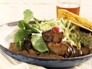Rindergeschnetzeltes mit Salat und Maischips Rezept