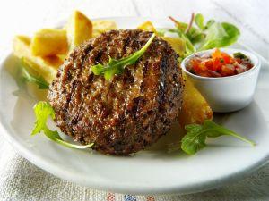 Rinderhacksteak mit Salat und Pommes Rezept