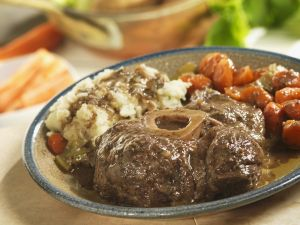 Rinderhaxe mit Kartoffelbrei und Karotten Rezept