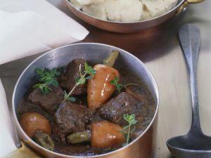 Rinderragout mit Rotwein und Rübchen (Boeuf bourguignon) Rezept