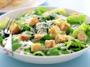 Römersalat mit Croutons und Parmesan (Cesar Salat) Rezept
