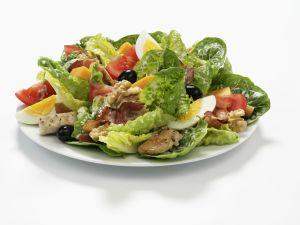 Römersalat mit Ei, Oliven, Nüssen und Hähnchenstreifen Rezept