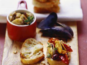 Röstbrot mit Bouchot-Muscheln, getrockneten Tomaten und Oliven Rezept
