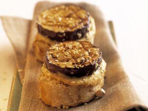 Röstbrot mit Hummus, Aubergine und Sesam Rezept