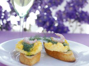 Röstbrot mit Omelett, Shrimps und Dillpesto Rezept