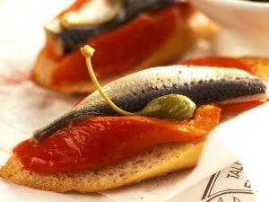 Röstbrot mit Paprika, Sardine und Kapern Rezept