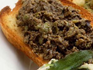 Röstbrot mit schwarzem Olivenaufstrich Rezept