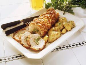 Rollbraten mit Kräuterfüllung und Bratkartoffeln Rezept